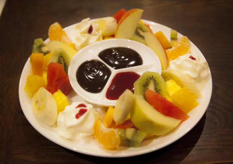Fondue royale de fruits frais au chocolat Banana Split 6,70€ et coulis de fruits rouges
